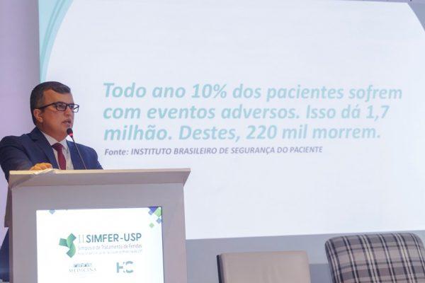DR. RENATO ASSIS MINISTRA PALESTRA EM SIMPÓSIO DE TRATAMENTO DE FERIDAS DA USP